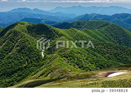 上越国境・平標山から見る大源太山と平標山の家方面 39348819