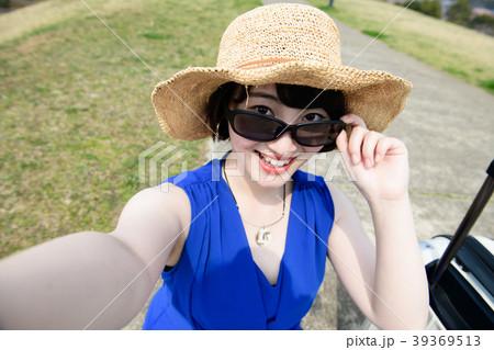 自撮りするサングラスをかけた若い女性 39369513