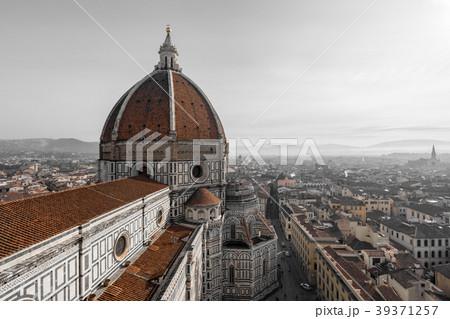 ジョットの鐘楼から見るサンタ・マリア・デル・フィオーレ大聖堂とフィレンツェの町並み 39371257