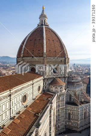 ジョットの鐘楼から見るサンタ・マリア・デル・フィオーレ大聖堂とフィレンツェの町並み 39371260