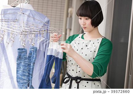 洗濯物を干す若い女性 39372660