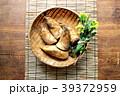 ざるに盛った筍と菜の花 すだれ背景 39372959
