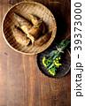 さるに盛った筍と菜の花 木材背景 39373000