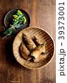 さるに盛った筍と菜の花 木材背景 39373001