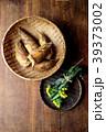 さるに盛った筍と菜の花 木材背景 39373002