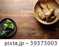 さるに盛った筍と菜の花 木材背景 39373003