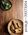 さるに盛った筍と菜の花 木材背景 39373004
