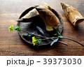 黒いざるに盛った筍と菜の花 39373030