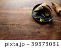 黒いざるに盛った筍と菜の花 39373031