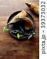 黒いざるに盛った筍と菜の花 39373032
