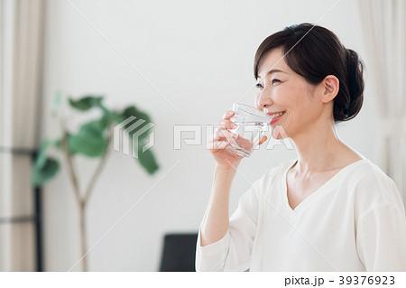 ミドルの女性(ミネラルウォーター) 39376923
