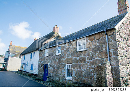 明るい快晴の下の石造りの家 イギリス郊外田舎町にての写真素材 [39385383] - PIXTA