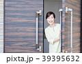 ミドルの女性(玄関) 39395632