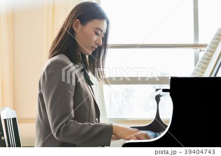 ピアノを弾く学生 39404743