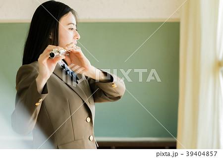 フルートを吹く女子学生 39404857