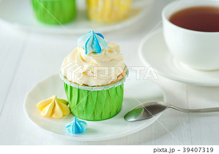Afternoon tea served with a cupcake 39407319