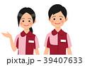 案内するコンビニ店員の男女 39407633