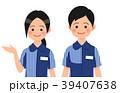 案内するコンビニ店員の男女 39407638