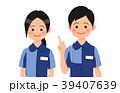 説明するコンビニ店員の男女 39407639