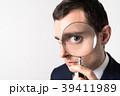 虫眼鏡で見る男性 39411989