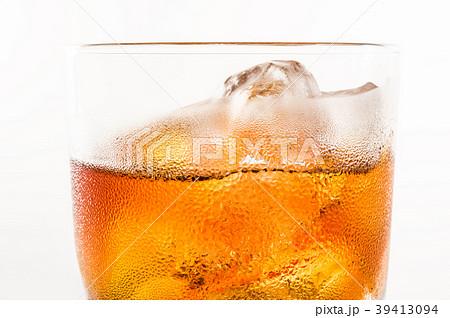 ウイスキー・ロック 白バックで 39413094