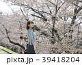 京都府京都市東山区の蹴上インクラインで桜を見ている若い女性 39418204