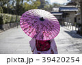 京都府京都市東山区祇園町の円山公園で和傘をさしている着物姿の若い女性の後ろ姿 39420254