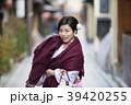 京都府京都市東山区祇園町の花見小路を散策している着物姿の笑顔の若い女性 39420255