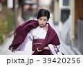 京都府京都市東山区祇園町の花見小路を散策している着物姿の若い女性 39420256