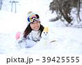 雪遊びする女性 39425555
