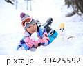 雪遊びする小学生 39425592