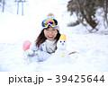 雪遊びする女性 39425644