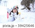 雪遊びする女性 39425646