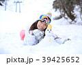 雪遊びする女性 39425652