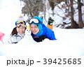 雪遊びするカップル 39425685