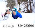 雪遊びするカップル 39425690