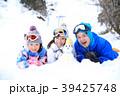 雪遊びする親子 39425748