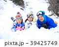 雪遊びする親子 39425749