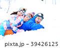 雪遊びする親子 39426125