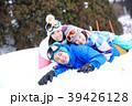 雪遊びする親子 39426128