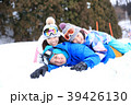 雪遊びする親子 39426130