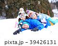雪遊びする親子 39426131