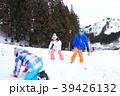 雪遊びする親子 39426132