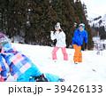 雪遊びする親子 39426133