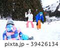 雪遊びする親子 39426134