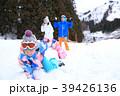 雪遊びする親子 39426136