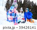 雪遊びする親子 39426141