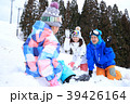 雪遊びする家族 39426164