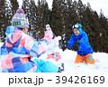 雪遊びする家族 39426169