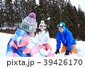 雪遊びする家族 39426170